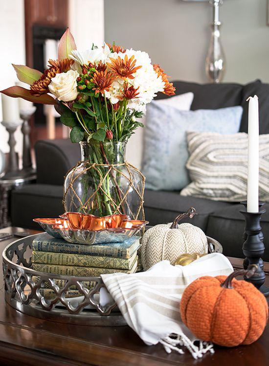 Herbstdeko auf dem Kaffeetisch bezauberndes Arrangement künstliche Kürbisse in Weiß und Orange Vase