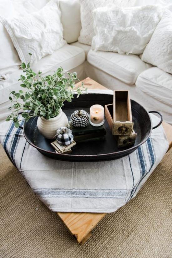 Herbstdeko auf dem Kaffeetisch im alten Backblech Vase mit Eukalyptus Blättern künstliche Kürbisse Kerze zwei kleine Holzfächer aus alter Kaffeemühle