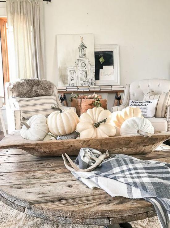 Herbstdeko auf dem Kaffeetisch rustikales Wohnzimmer Holztisch Holzgefäß viele Kürbisse echt und künstlich kariertes Tuch