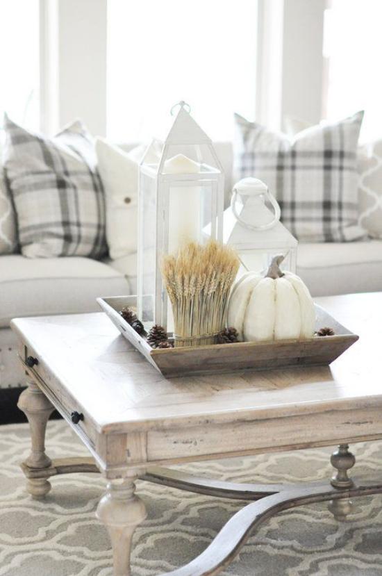 Herbstdeko auf dem Kaffeetisch weißer Kürbis weiße Laternen Glas mit Weizenähren rustikales Flair