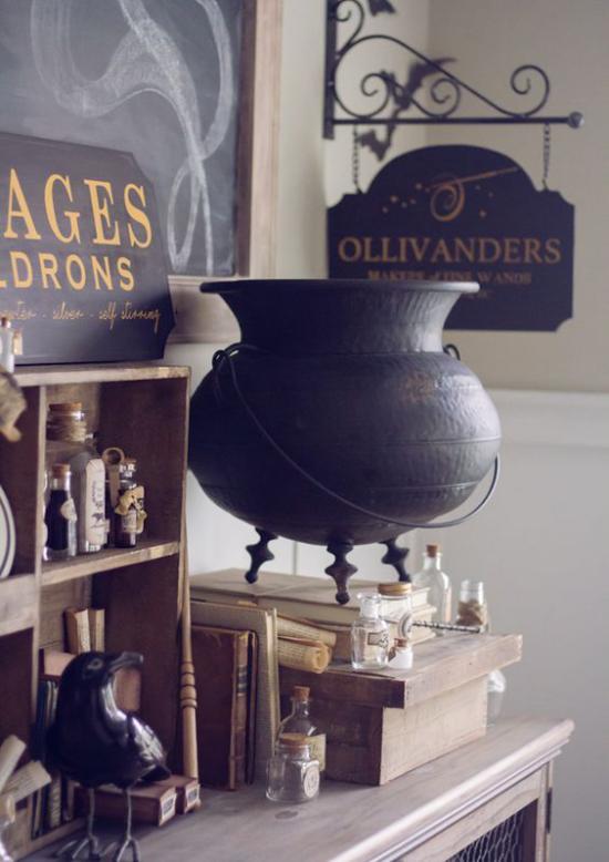 Hexenkessel Blickfang in Halloween Deko zu Hause schwarzer Rabe daneben kleine Fläschchen alte Bücher gruselige Atmosphäre