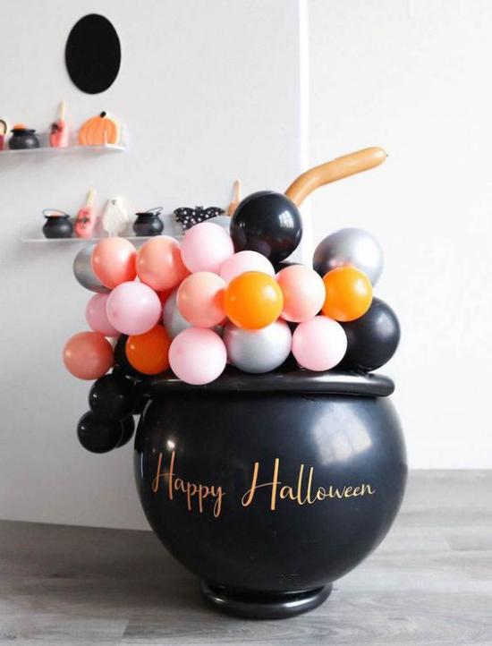 Hexenkessel Blickfang schwarzer Kessel farbenfrohe Ballone rosa orange weiß und schwarz