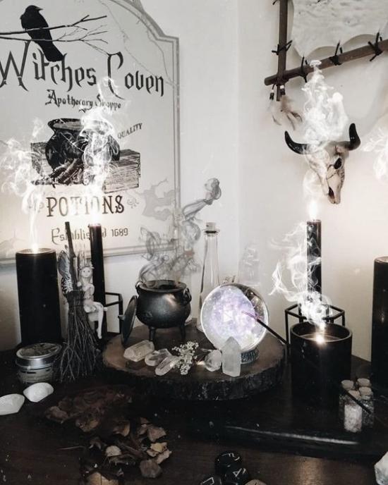 Hexenkessel Glauben an hexen und magische Kräfte tolle Halloween Deko zu Hause viel Rauch mysteriös schwarz und grau