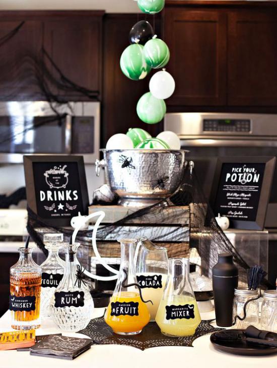 Hexenkessel Halloween Party Buffet viele Getränke Zaubertränke in Flaschen genießen