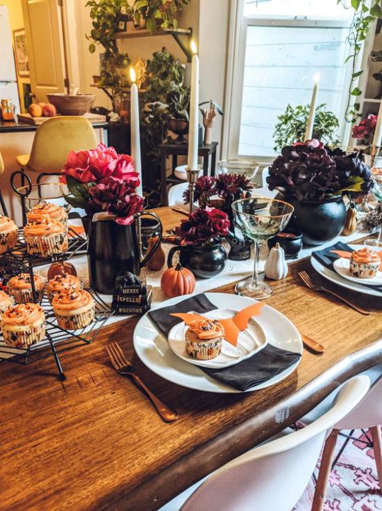 Hexenkessel Party Tisch gedeckt viele kleine Kessel schwarz und orange