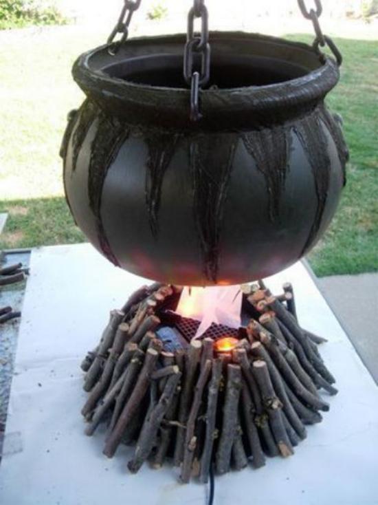 Hexenkessel draußen im Freien Holzfeuer was kocht drin