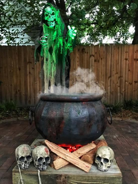 Hexenkessel draußen im Garten Totenköpfe Skelette Rauch schreckenerregendes Bild