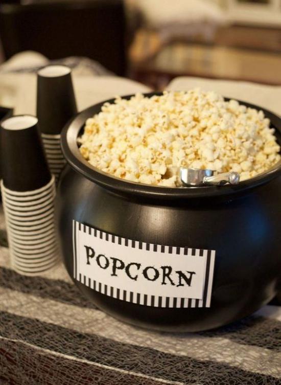 Hexenkessel großer moderner schwarzer Kessel voll mit Popcorn