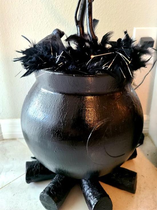 Hexenkessel moderne Halloween Deko aus Künstlichen Materialien schwarzer Kessel schwarzes Brennholz schwarze Federn Raben