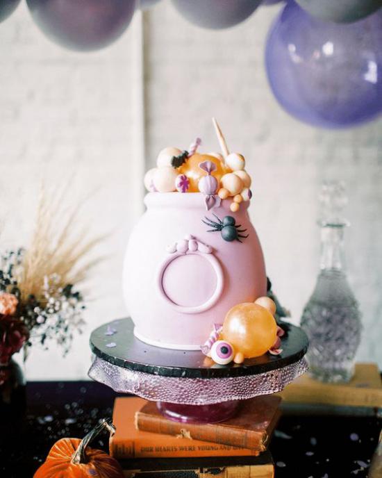 Hexenkessel rosa Behälter im Zentrum der Halloween Deko zu Hause voll mit Leckereien