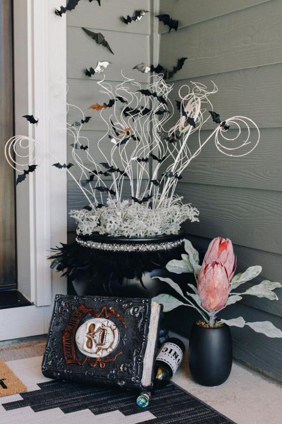 Hexenkessel sehr stilvolle Halloween Deko draußen auf der Veranda schwarz weiß rosa Blume
