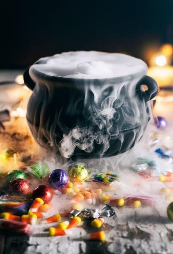 Hexenkessel voll mit Zaubertrank Wow-Effekt tolle Halloween Deko rund herum