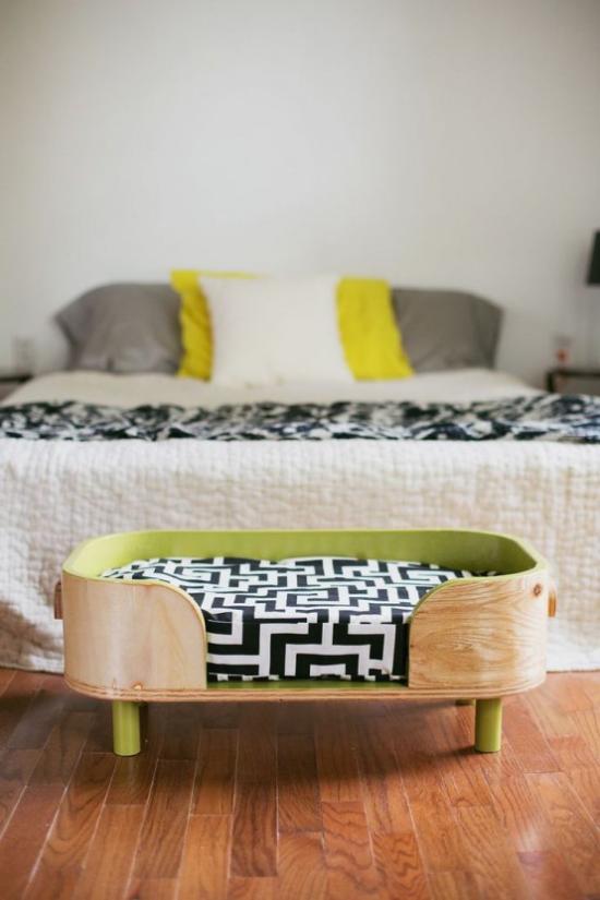 Hundebetten einfaches Modell im Schlafzimmer vor dem Schlafbett des Herrchens
