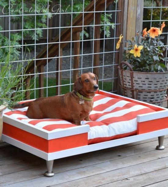 Hundebetten komfortables Modell viel Platz für den Außenbereich gestreifter Stoff rot weiß
