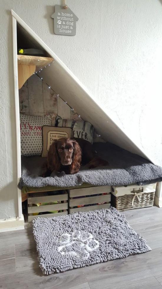 Hundebetten selber bauen einen gemütlichen Schlafplatz unter der Treppe gestalten