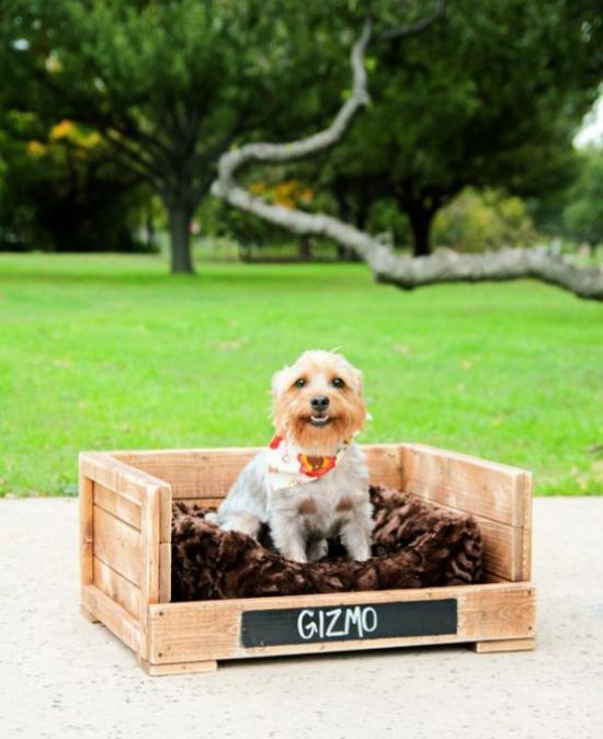 Hundebetten tolles Modell für draußen selbst gemacht aus Paletten mit weichem Hundeschlafkissen