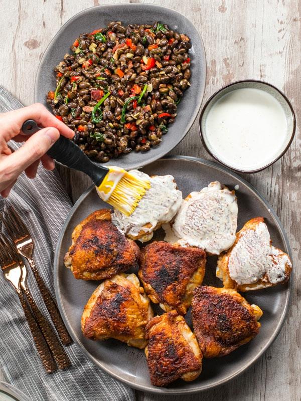 Kohlenhydratarmes Hähnchengericht mit weißer BBQ-Sauce