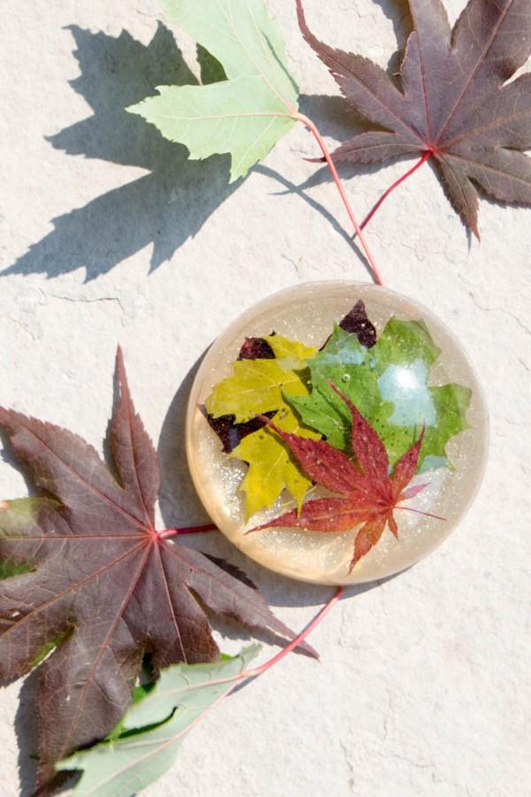 Mit Epoxidharz basteln zum Herbst – Ideen und Anleitungen für Schmuck und Deko briefbeschwerer herbst laub