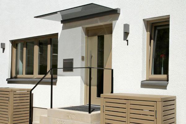 Modernes Haus - trendige Glasvordächer