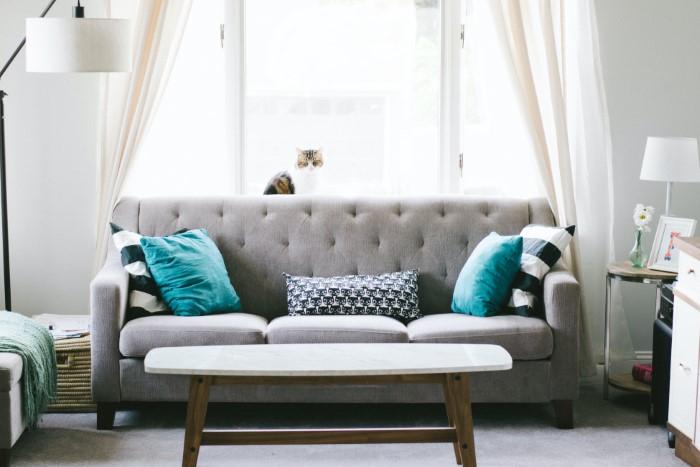 É assim que você pode limpar seu sofá de tecido - um meio eficaz de sua própria casa
