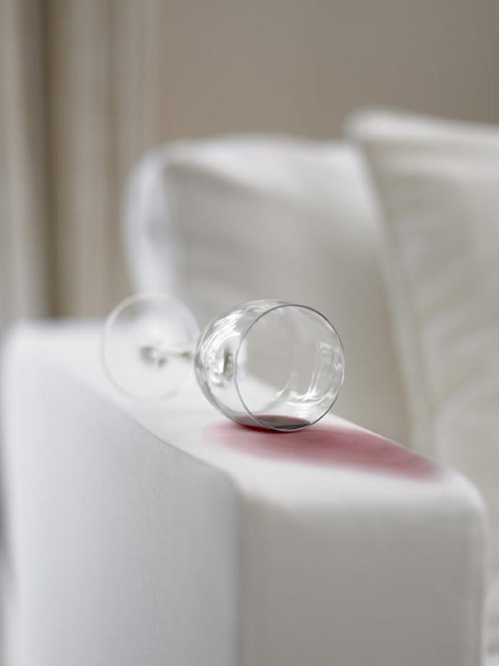 É assim que você pode limpar seu sofá de tecido - um meio eficaz de limpar manchas de vinho tinto de sua própria casa