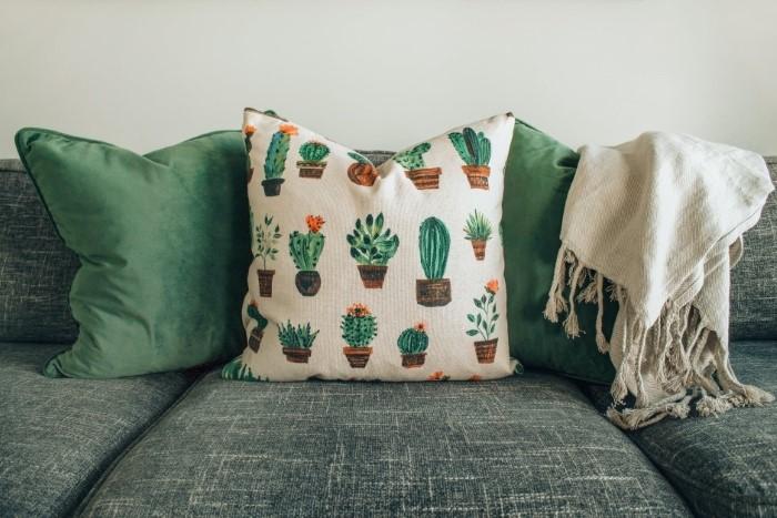 É assim que você pode limpar seu sofá de tecido - um meio eficaz de limpar as almofadas do sofá de sua própria casa