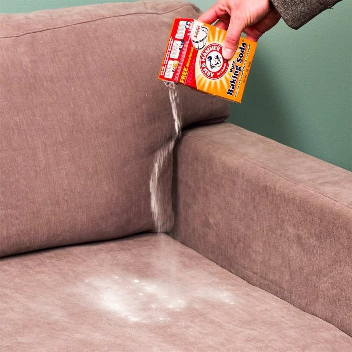 É assim que você pode limpar seu sofá de tecido - um meio eficaz de limpar seu sofá em casa com refrigerante