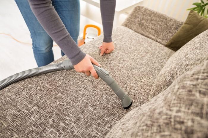 É assim que você pode limpar seu sofá de tecido - um meio eficaz de limpar o sofá de sua casa com facilidade