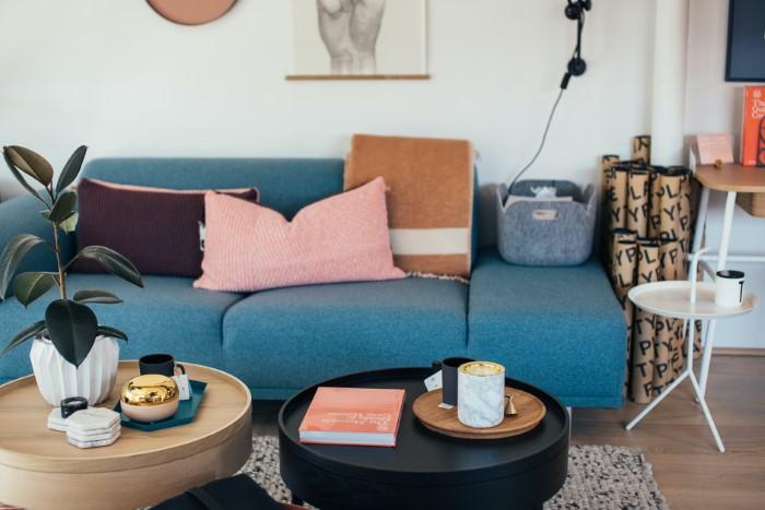 É assim que você pode limpar seu sofá de tecido - um meio eficaz de seu próprio sofá de tecido doméstico muito elegante