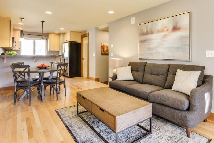É assim que você pode limpar seu sofá de tecido - um meio eficaz de limpeza do sofá da sua sala de estar