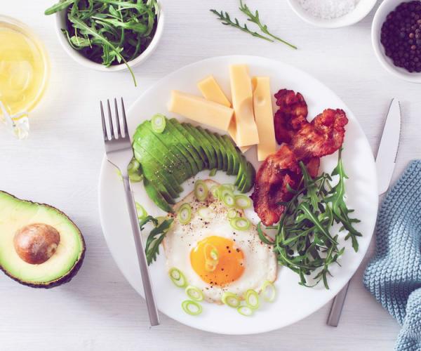 Thonon-Diät gebratenes Ei Avocado Fleischhäppchen Hartkäse in Scheiben geschnitten lecker aber kalorienreich