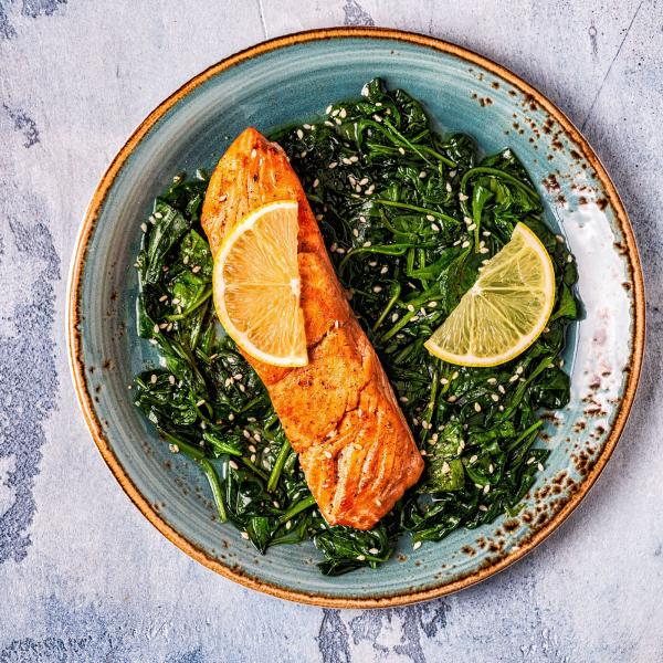 Thonon-Diät gegrillter Lachs gedünsteter Spinat in Kombination schmeckt prima