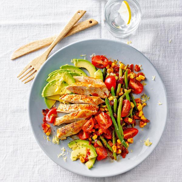 Thonon-Diät gekochtes oder gegrilltes Fleisch Gemüsebeilage Tomaten grüne Bohnen Mais Avocado Scheiben