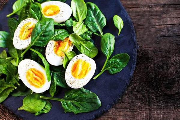 Thonon-Diät kalorienarme Mahlzeiten gekochte Eier mit ungesalzenem gedünstetem Spinat zu Mittag