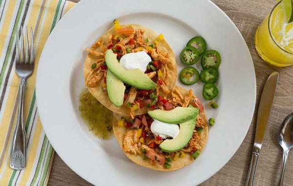 Thonon-Diät kalorienarmes Mittagsessen mit Scheiben Avocado garniert