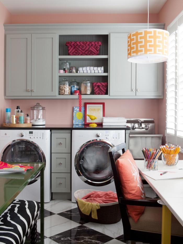 Waschküche Waschmaschine Trockner Korb Arbeitsplatte Tisch am Fenster zu viele Gegenstände