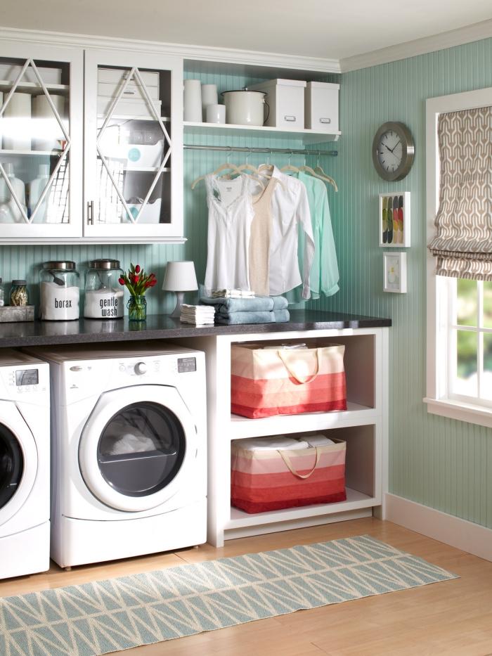 Waschküche Waschmaschine Trockner nebeneinander Schränke viel Stauraum alles Notwendige griffbereit halten