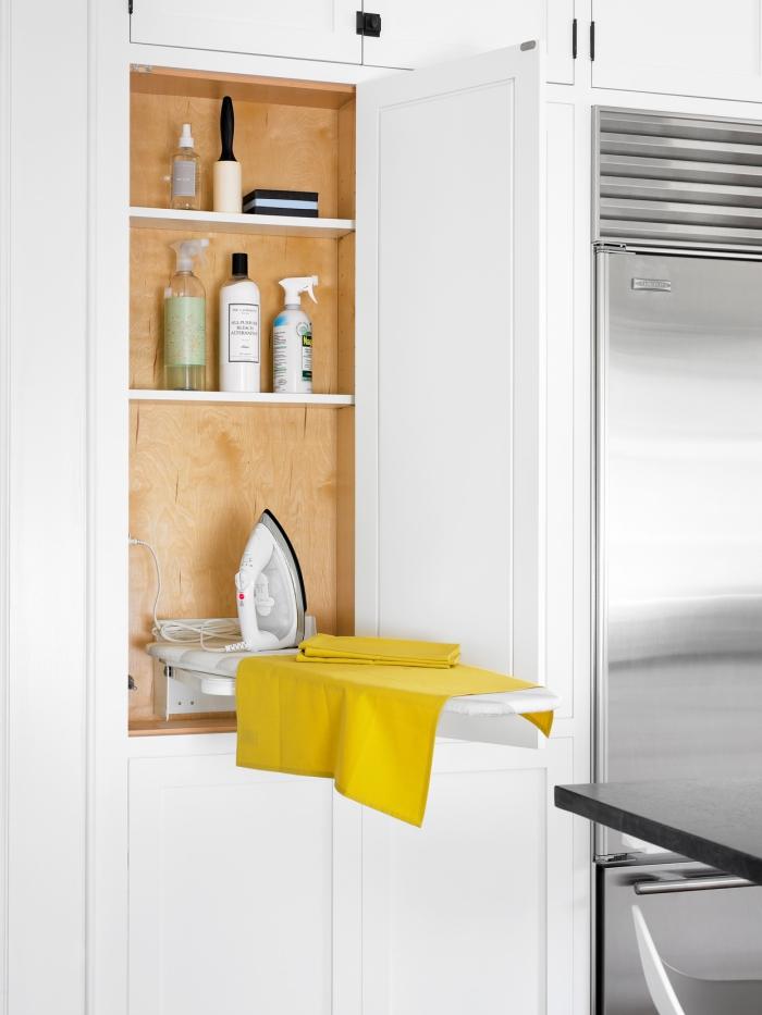 Waschküche ein Ort zum Bügeln Bügelbrett Bügeleisen im Schrank verstecken