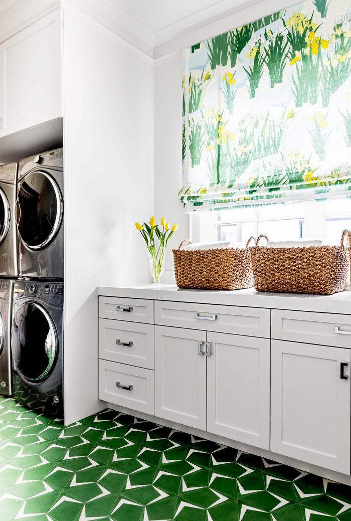 Waschküche gemütliche Raumatmosphäre schaffen großes Fenster Rollo viel Licht Vase mit Tulpen grüne Bodenfliesen