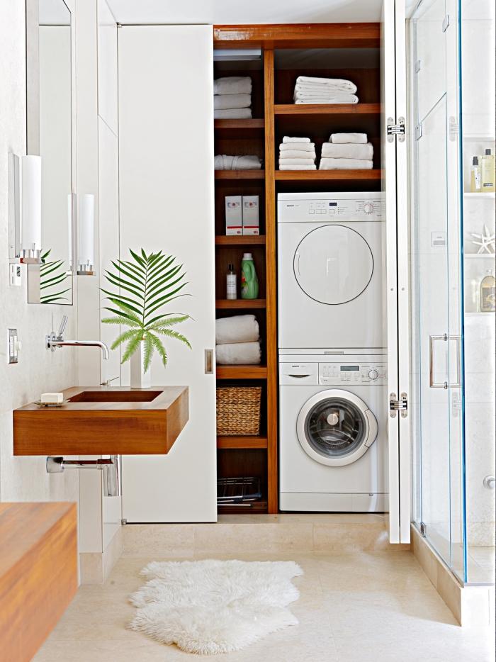 Waschküche im Bad einrichten diskreter Ort hinter Gleittüren verstecken clevere Einrichtungsidee