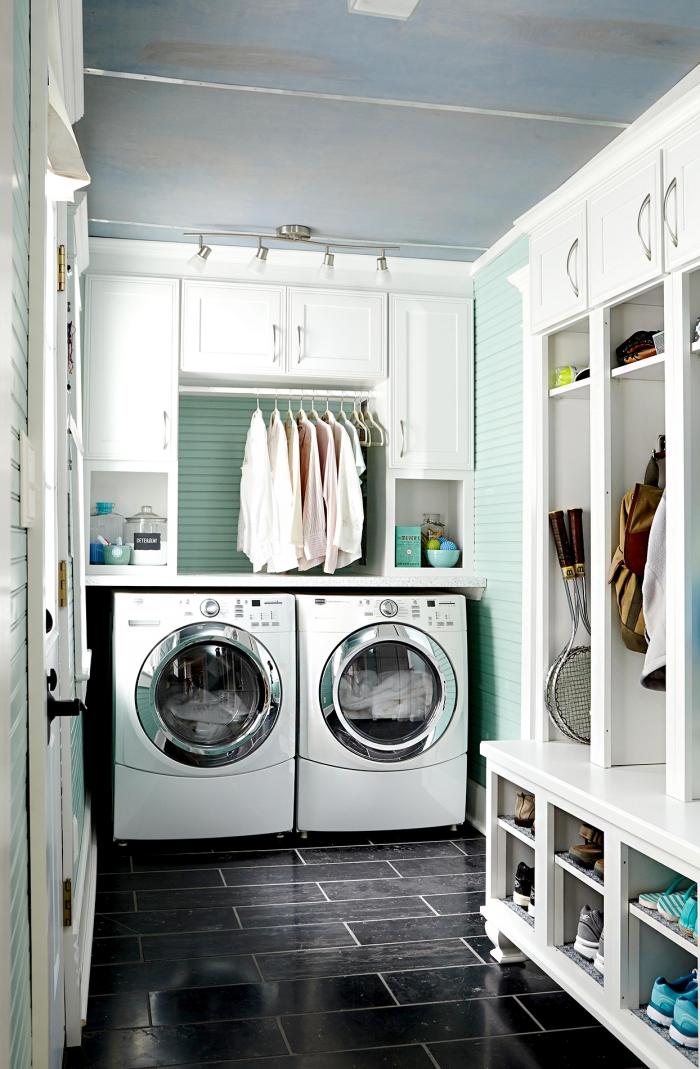Waschküche moderne Geräte Waschmaschine Trockner darüber Hemden trocknen an der Stange gefliester Boden