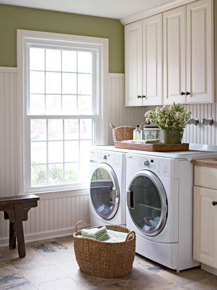 Waschküche schöne Raumatmosphäre Fenster viel Licht Waschmaschine Trockner Korb mi Wäsche