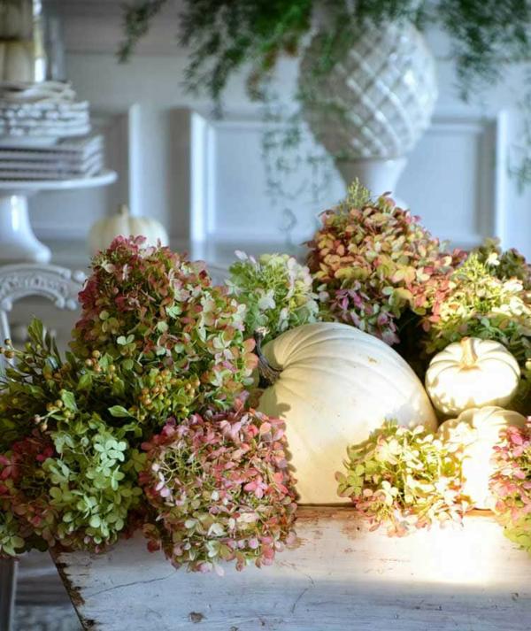 getrocknete hortensien kürbisse herbstliche tischdeko