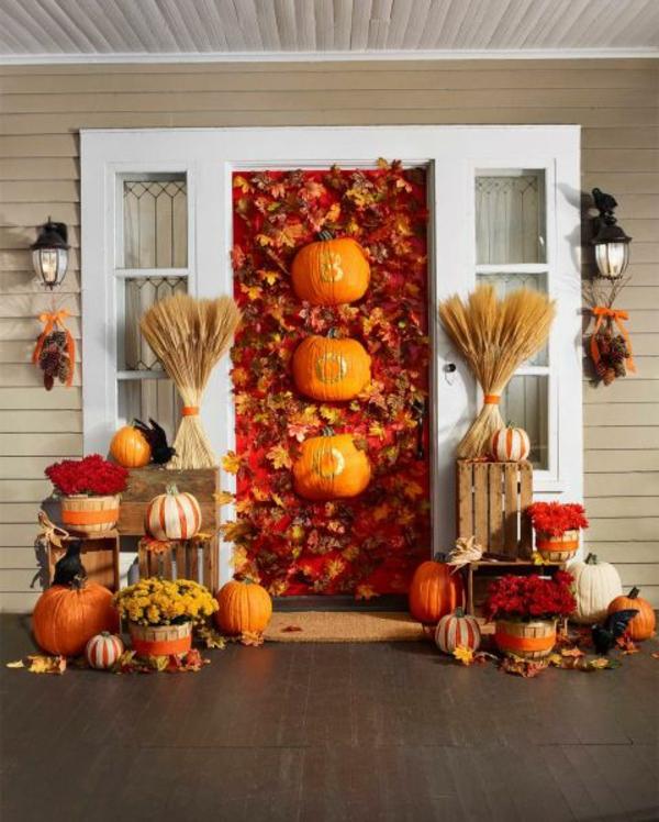 halloween türdeko ausgefallene dekoideen viele kürbisse herbstblätter