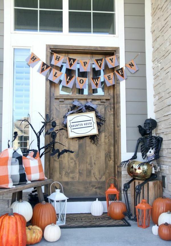 halloween türdeko eingang reichlich dekorieren mehrere kürbisse schwarz orange