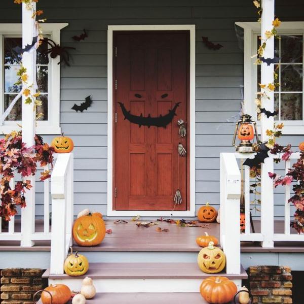 halloween türdeko gruselige stimmung schaffen kürbisse treppen dekorieren
