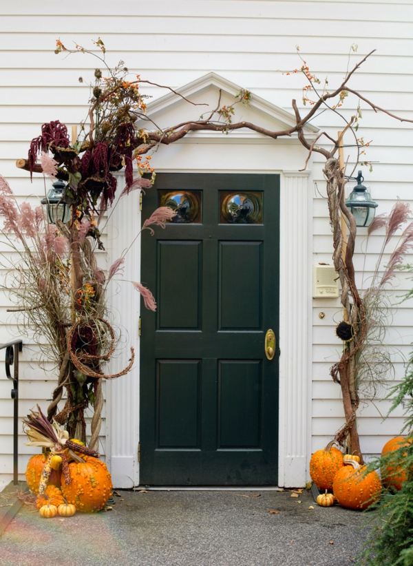 hauseingang herbstdeko halloween elemente frische stimmung