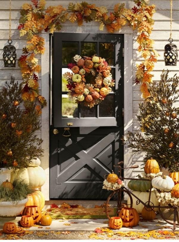 hauseingang herbstdeko kürbisse halloween stimmung