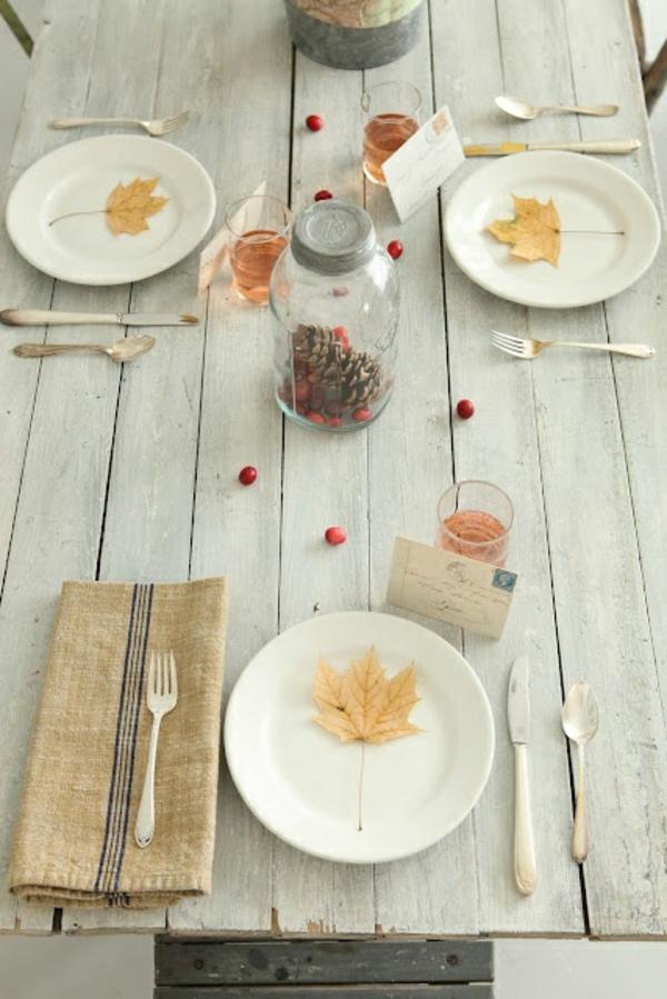 herbstdeko tisch etwas minimalistisch auffallend