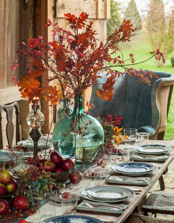 herbstdeko tisch große vase herbstblätter rustikaler stil